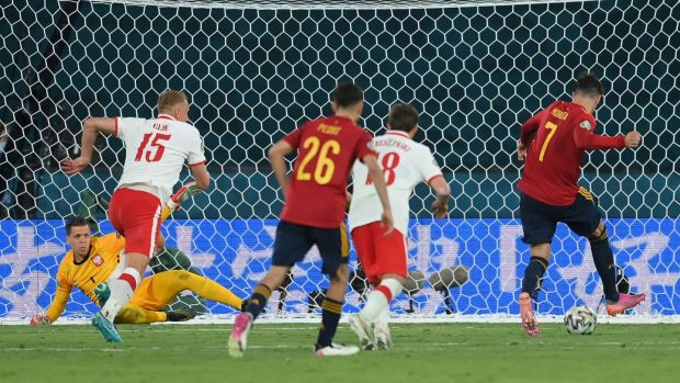 Morata tries to finish the follow-up after missing a penalty. Photo: David Ramos/POOL/AFP via Getty Images