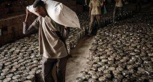 Etioopias Tigray pealinnas Mekeles kannavad töötajad nisukotte inimestele, kes põgenesid mujalt Tigrayst vägivalla eest. Levitamise korraldas kohalik MTÜ Tigray abistamise selts. Foto: Yasuyoshi Chiba / AFP / Getty