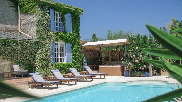 Esta propiedad francesa cuenta con una pequeña habitación separada con estufa de leña.