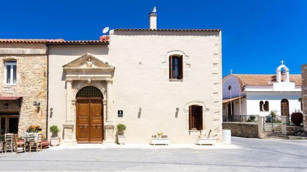 Esta villa en Creta se organiza alrededor de un patio interior con una pequeña piscina y dos comedores al aire libre.