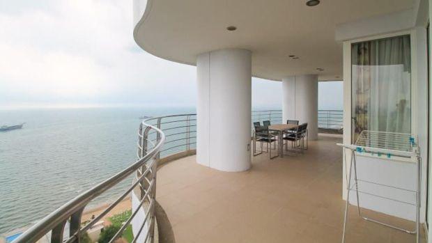 Apartamentul din Pattaya are o cadă cu hidromasaj privată pe terasa de dimensiuni frumoase.