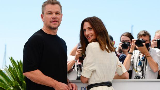 epa09333427 Acteurs Camille Cottin (R) et Matt Damon (L) posent lors de la photocall pour 'Stillwater' au 74e Festival du Film de Cannes, à Cannes, France, 09 juillet 2021. Le film est présenté en compétition officielle du festival qui du 06 au 17 juillet.  EPA/CAROLINE BLUMBERG
