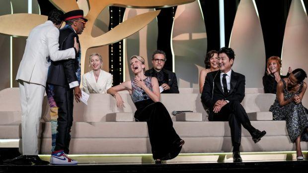 Le président du jury Spike Lee (deuxième à gauche) révèle accidentellement le film Titane comme lauréat de la Palme d'Or en tant que membres du jury Tahar Rahim (de gauche à droite), Jessica Hausner, Melanie Laurent Kleber Mendonca Filho, Maggie Gyllenhaal, Song Kang-ho, Mylene Farmer et Mati Diop assistent à la cérémonie de remise des prix au 74e Festival de Cannes.  Photographie : Vadim Ghirda/AFP