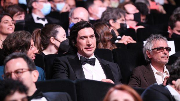Adam Driver (au centre) et le réalisateur Leos Carax (à droite) lors de la cérémonie d'ouverture du 74e Festival de Cannes.  Photographie : Pascal Le Segretain/Getty