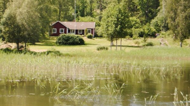 Esta cabaña sueca se encuentra frente al lago Anime.