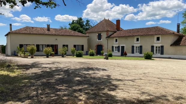 Esta propiedad francesa cuenta con una granja en funcionamiento de 28 acres, que tiene un granero y un granero separados.