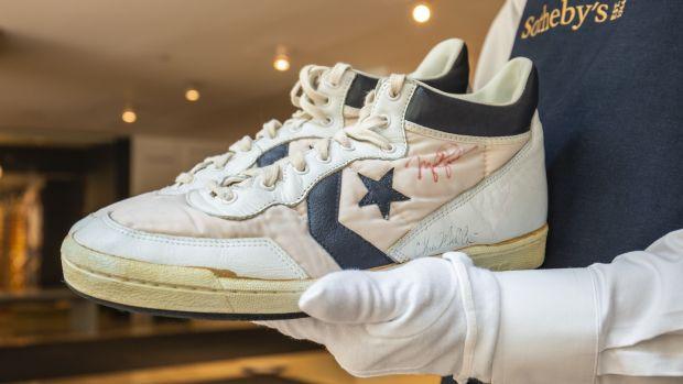 Les enchères sont maintenant ouvertes sur les baskets Converse Fastbreak de Michael Jordan, estimées entre 80 000 $ et 100 000 $ (67 722 € - 84 653 €) par Sotheby's.