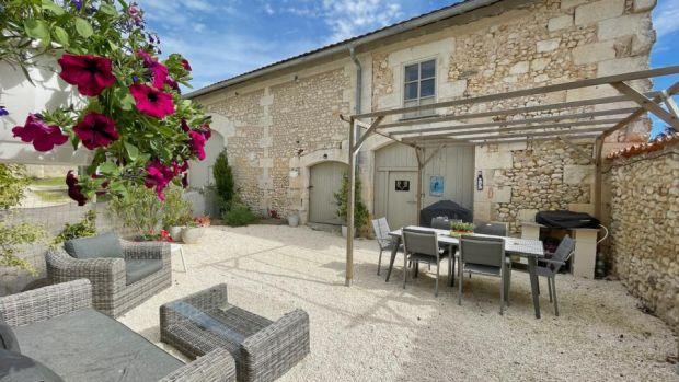 Un almuerzo largo y sobrio espera a los nuevos propietarios de esta propiedad en la hermosa región francesa de Dortogne.