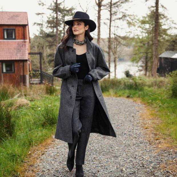 Tweed coat (€ 335), tailored pants (€ 160), Boston hat (€ 60)