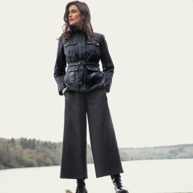 Utility-style belted wax jacket (€ 260), tweed culottes (€ 175)