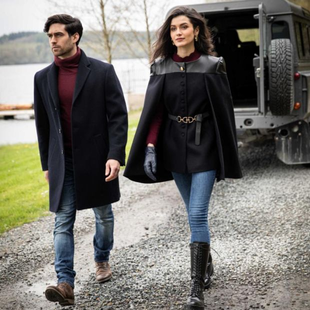 Left: mid-length coat in navy blue melton wool (€ 315).  Right: Tailored cape jacket (€ 320), burgundy cable knit (€ 80)